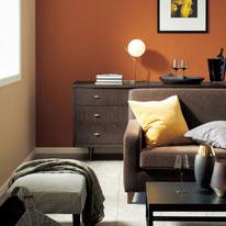 レザーテイストのブラウンの壁紙にラメがきらめくベージュの織物調を合わせカジュアルな中にも軽やかでリッチな印象に