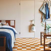 マスタードイエローとホワイトのツートン柄で夢の中までも楽しく彩ってくれそうな寝室に