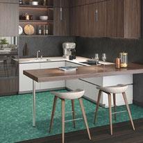 深いグリーンの石目調と濃い木目調の大胆な貼り分けで、特別な時間を過ごすラグジュアリーなダイニングキッチンに