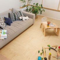 キッズスペースは木の表情を生かしたデザインで、ぬくもりを感じる空間に