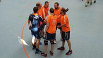 Teamhuddle auf dem Feld