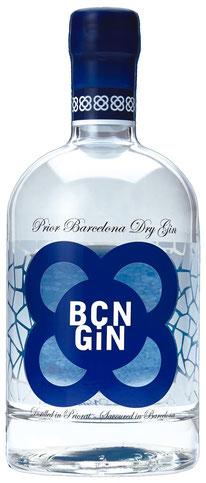 BCN Gin Flasche durchsichtig mit blauem Logo, Mediterranean Dry Gin auf Tresterbasis mit den Botanicals Wacholder, Rosmarin, Fenchel, Pinien, Feige und Zitrone. Bottle of  BCN gin with botanicals juniper, rosemary, fennel, pinesprouts, figs and lemon.