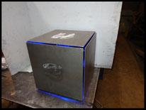 Luminaire cube tout métal pour extérieur.