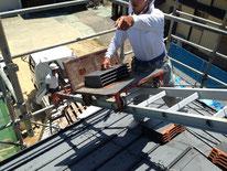 屋根の上で作業は安全に気を配ります