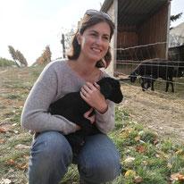 Winzerin mit Schaf