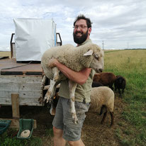 Winzer Michael mit Schaf