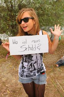 Foto zeigt junge Frau mit Schild, Foto: Tom Wenig