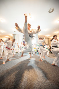 Foto zeigt Kampfkünstler im Sprung, Foto: Tom Wenig
