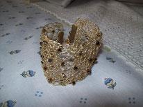Bracelet crocheté avec du fil de laiton doré puis incrusté de perles