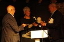 Dieter Dresen und Herbert Reichelt übergeben den zweiten Publikumspreis an Elisabeth Kuhs