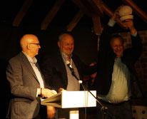 Dieter Dresen und Herbert Reichelt übergeben den ersten Publikumspreis an Manfred Rothengatter