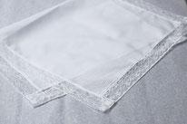Serviette de baptême bébé en coton bordée de dentelle, Fil de Légende. Magasin vêtements baptême bébé Paris, Neuilly-sur-Seine. Envois dans toute la France.