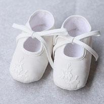 Ballerines cérémonie baptême bébé fille tulle brodé blanc cassé. Chaussures cérémonie bébé. Fil de Légende. Magasin vêtements baptême Paris, Neuilly-sur-Seine. Envois dans toute la France.