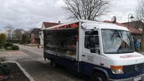 Verkaufswagen des Grillservice Georg Koopmann mit geöffneter Klappe am Straßenrand