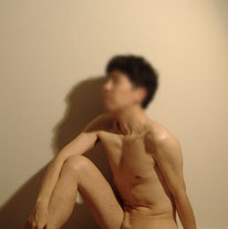 男性ヌードモデルはるきの画像 全裸で片膝を立てて座っている状態の上半身画像になります。男性ヌードモデルを探す際のよくある質問と回答の画像として使用。はるきは、日本人ヌードモデルです。(Japanese man's nude model of Haruki)