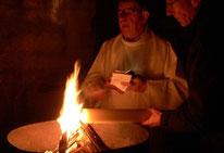 Le feu, allumé par le P. Yves LAOT, transmet la lumière au cierge Pascal (Eglise St Pierre de Pleyber-Christ)