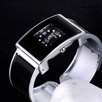 montre femme en verre noir bracelet acier