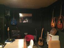 郊外にあるブルーズバー「CROSS ROAD」。ブルーズとギター話で盛り上がり、最後はマスターと軽くセッション。盛岡のディープな夜を堪能^^