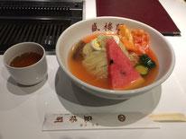 「盛楼閣」の盛岡冷麺。味や見た目は韓国冷麺のようで、麺は透明で固め。美味。
