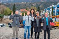 Der Vorstand des Gehörlosenverband Tirol freut sich über den Baubeginn des Gehörlosenzentrum Tirol zum 60jährigen Gründungsjubiläum (v.l.): Schriftführer Harald Steib, Kassierin Jasmin Hackl, stv. Kassierin Andrea Verdross, stv. Verbandsleiterin Irmgard H