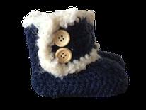 blauwe gehaakte fluffy slofjes met de hand gemaakte babykleertjes voor de nieuwste babyfashion 2017