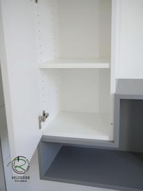 innenliegend, verstellbare Einlegeböden, Badmöbel nach Maß in weiß Hochglanz & grau matt mit offenem Regal & geschlossenem Bad-Hochschrank für Stauraum im Bad