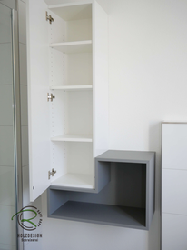 Badhochschrank in weiß mit innenliegenden Einlegeböden, Badmöbel nach Maß in weiß Hochglanz & grau matt mit offenem Regal & geschlossenem Bad-Hochschrank für Stauraum im Bad