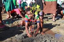 ほとんどの子どもたちにとって初めてのマングローブの植樹体験となった