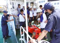 消防ポンプによる消火、放水体験を行う生徒=2日午後、巡視艇「あだん」
