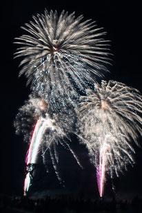 花火500発が打ち上げられ、夜空を彩った=20日夜、旧八島駐車場跡