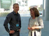 Der 1. Vorsitzende Benjamin Küffner steht neben der Bundestagsabgeordneten Martina Stamm-Fibich.