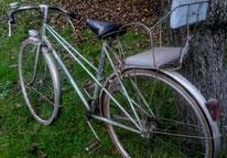 Bicyclette dotée d'un siège-enfant des années 50