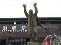大分県別府駅東口前にある油屋熊八郎さんの銅像です。