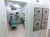 陽圧手術室 (第一手術室)   通常の手術室の他に陽圧手術室を用意しています。 陽圧状態を維持することにより、骨折などよりクリーンな状態が要求される手術を安全に行うことができます。