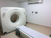 CT撮影室   X線で判断が難しい病気に対応するため本院はCTを導入しています。 鼻、胸、お腹の腫瘍、骨盤の内部、椎間板ヘルニア、門脈シャントなど、多くの分野で非常に多くの情報を得ることができます。