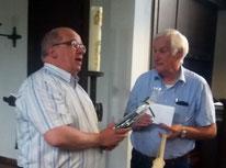 Franz Frye gratuliert Pfarrer Thorsten Melchert - Foto: HPD