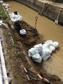 広島市安佐南区にて。側溝の泥出しの様子。