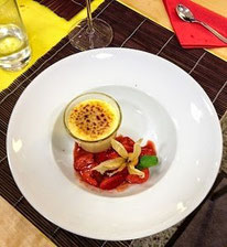 Espresso-Crème brûlée aus dem Dampf mit Balsamico-Erdbeeren