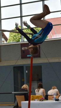 Lena Schmidt bei Ihrem Saltoabgang am Stufenbarren