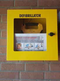 Der Defibrillator hängt im Vereinsheim auf den Weg zu den Duschen gleich links!