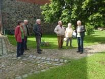 Herbert Bilang (re.) begrüßt unsere kleine Exkursionsgruppe (Foto: Gudrun Edner)