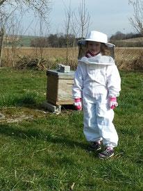 jeune élève du rucher école du cercle apicole du nord meusien à la maison du miel et des abeilles