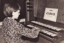 Helga Schauerte à l'âge de dix ans à l'orgue historique de Lennestadt-Kirchveischede (1er photo comme Organiste)