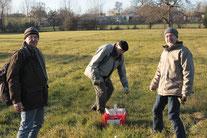 Foto: Willi Mayer - Die NABU Aktiven Willi Mayer, Werner Hoffmann und Georg Kimmig bei der Reihenplanung des Pflaumengartens