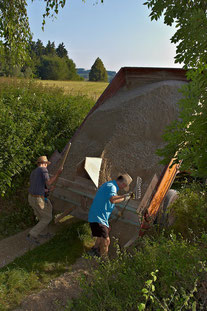 Mit der Vorrichtung auf der Ladefläche können die beiden Spurrillen gleichmäßig mit Kalksteinbruch gefüllt werden.