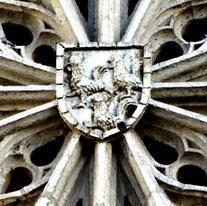 Le blason au centre de la rosace, à l'extérieur de la Cathédrale