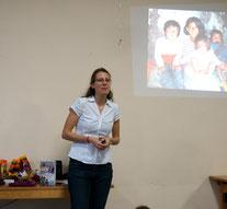 Sonja bei einem Vortrag; Kinder aus Curahuasi