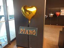 エントランス。DIYで作ったPIANO看板,風船,がお出迎え。