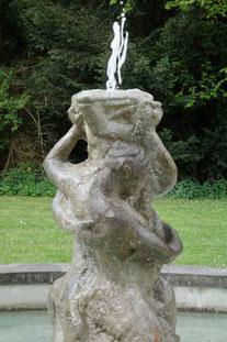 Kreisförmiger niedriger Brunnen, mit Abdeckung aus Beton. (ca. 1900)