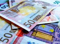 Billets de 50 euros en lumière sous lumière UV